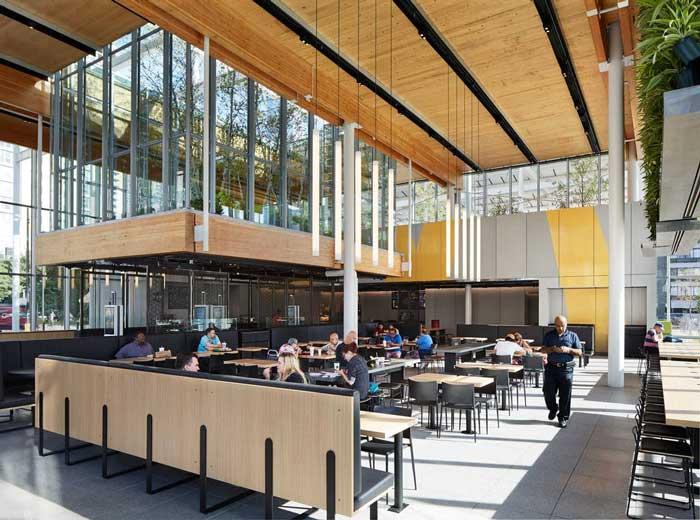 Interior de McDonald's Global Flagship, por Ross Barney Architects