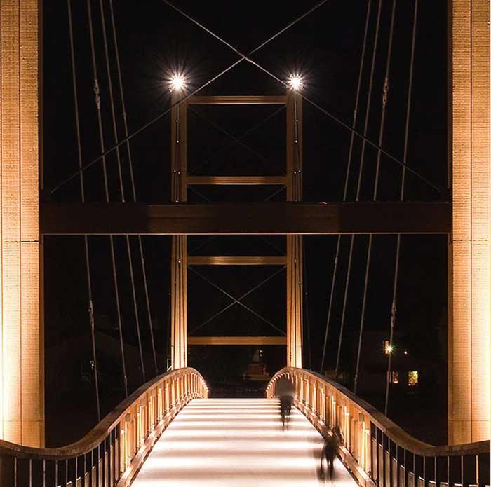 Puente atirantado de madera de 130 metros