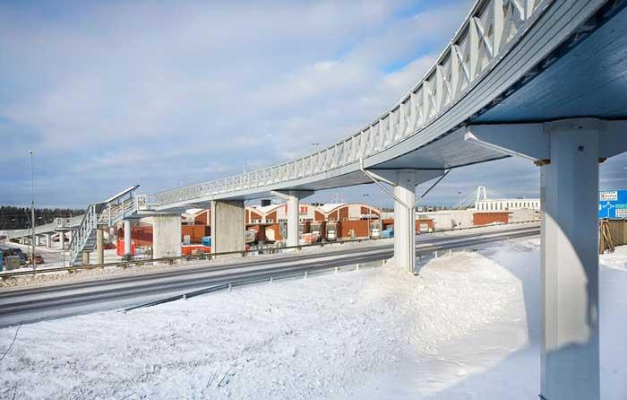 Contruir en el sitio el puente peatonal y ciclistas en madera tardó 45 minutos.